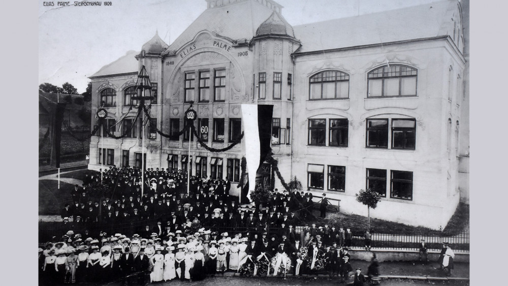 Zaměstnanci Eliášky před svojí fabrikou v roce 1909. (Reprofoto z infopanelu V Kam. Šenově.)