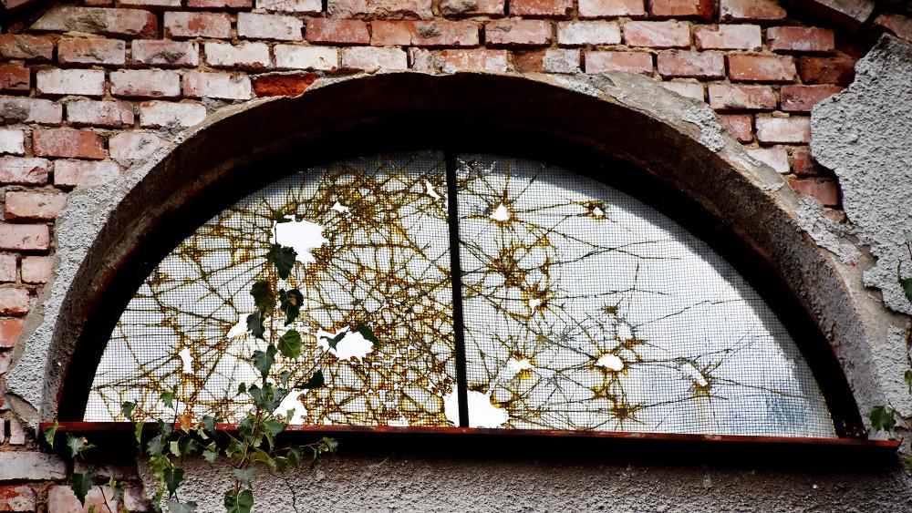 Estetika zmaru, zničené skleněné výplně vytvářejí abstraktní obrazy.